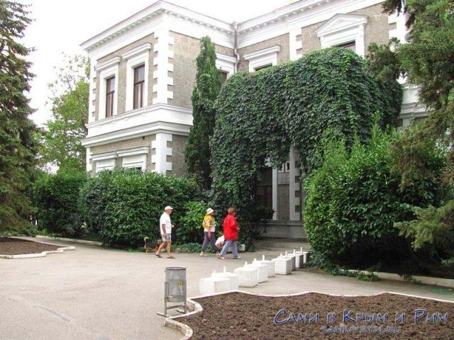 sanatorij-foros-dvorec-v-parke