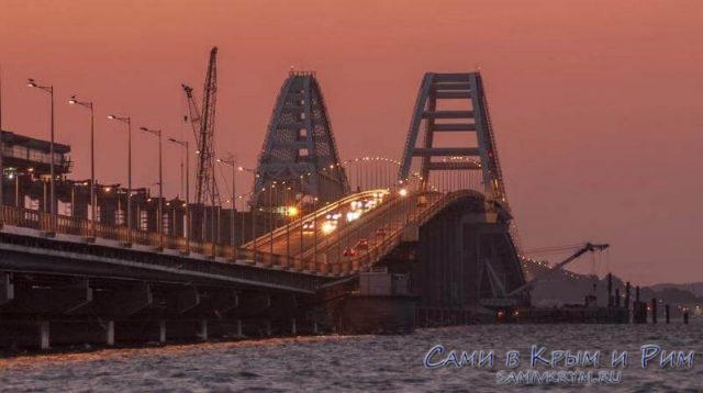Машины едут через Крымский мост