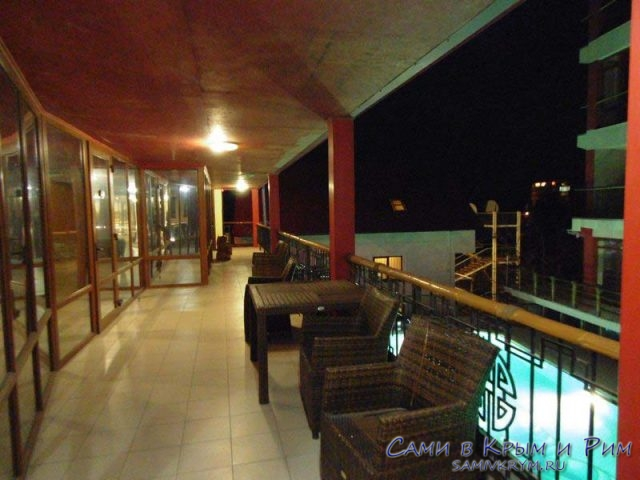 veselii-hotei-balkon