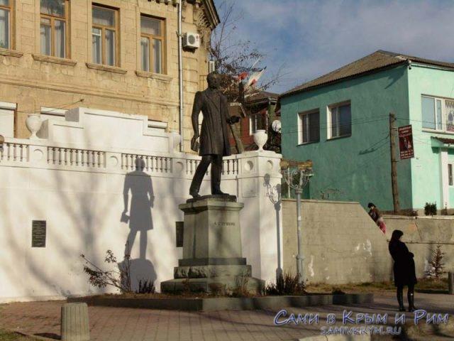 памятник-Пушкину-в-Бахчисарае