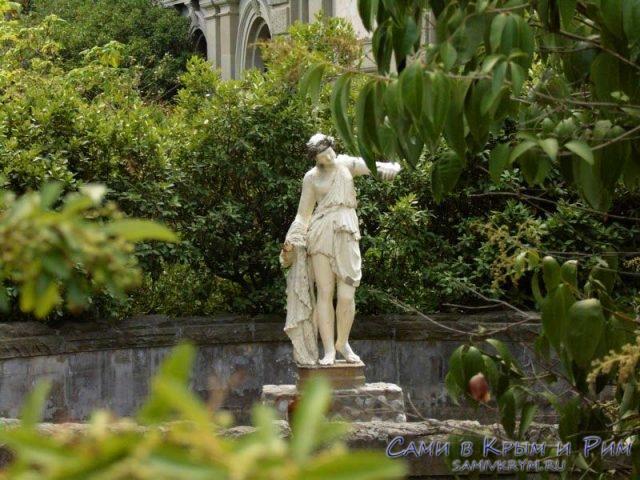 скульпутра-возле-дворца