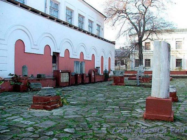 во-дворе-музея-древностей