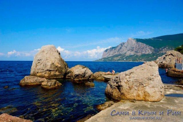 Дикий-пляж-на-берегу-бухты