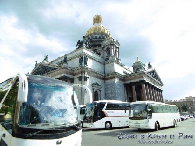 Туристические-автобусы-рядом-с-собором