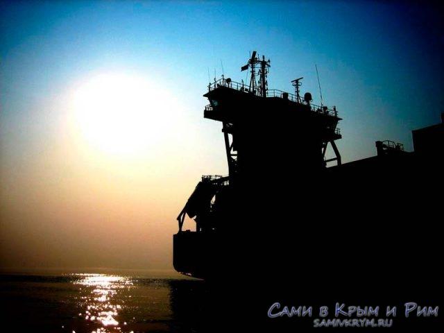судно-в-лучах-солнца