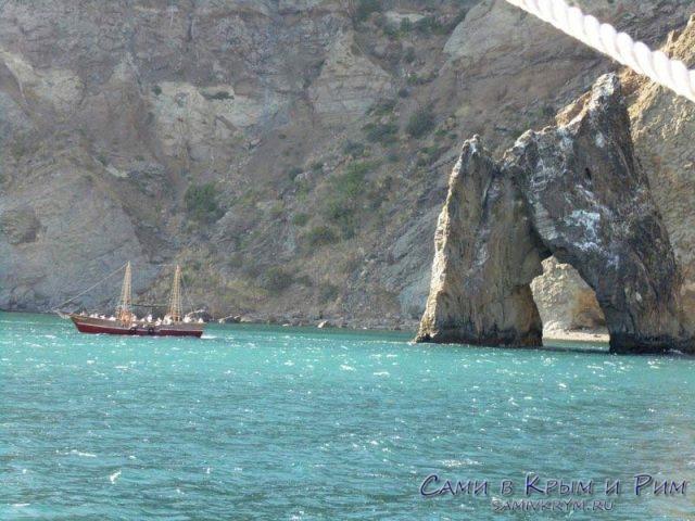 Яхта-проходит-вдоль-Золотых-ворот