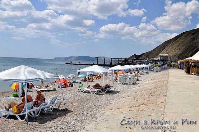 шезлонги-на-пляже