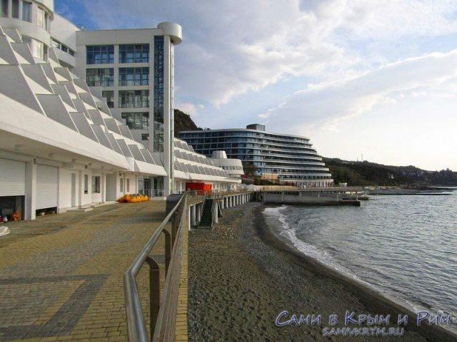 Пляж-у-отеля-Европа