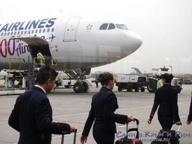 Стюардессы-идут-к-самолету