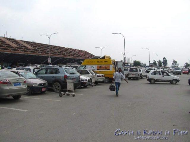 Выход-из-аэропорта-в-Трибухван