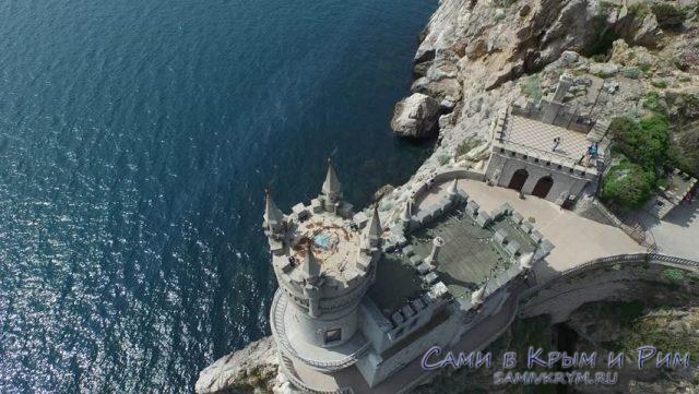 Вид сверху на замок Ласточкино гнездо
