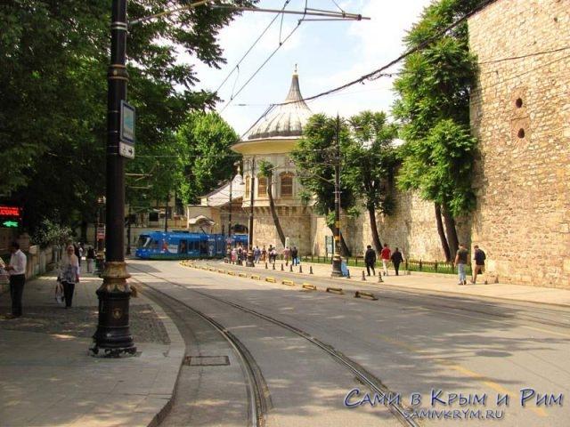 Султанахмет-подъезжает-трамвай