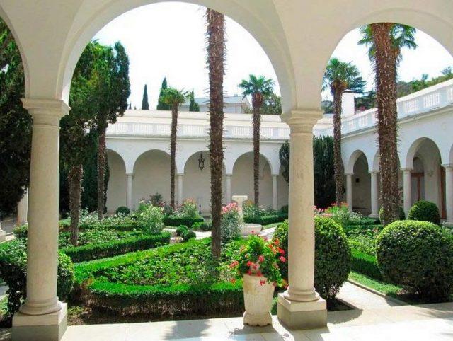 Итальянский-дворик-внутри-дворца