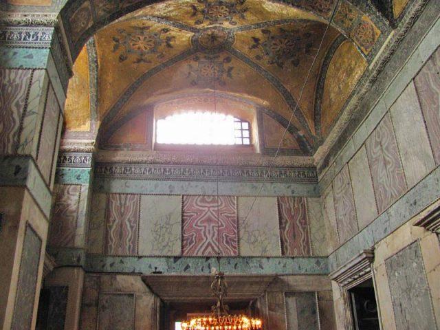 Мраморные-плиты-в-отделки-стен-храма