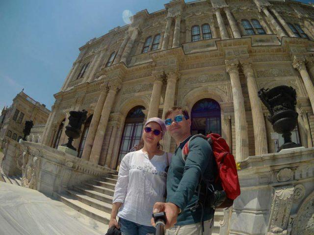 Мы-на-фоне-дворца-Долмбахче