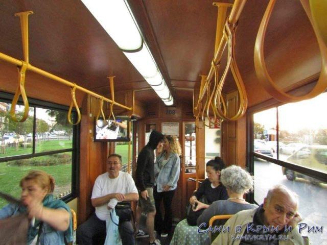 Пассажиры в ностальгическом трамвае