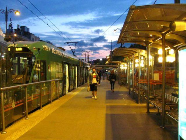 Трамвай-у-остановки