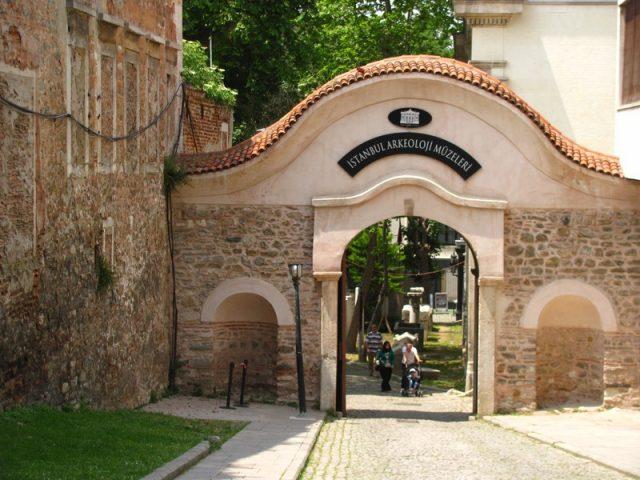 Вход-во-дворец-со-стороны-музея