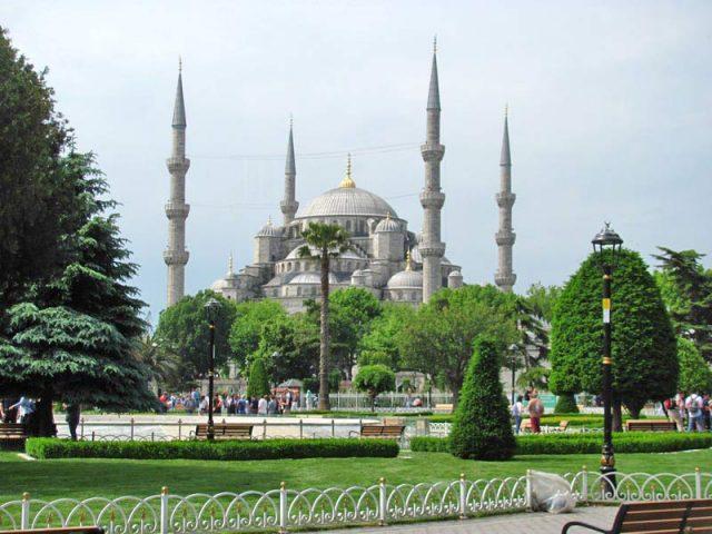 Вид-на-Голубую-мечеть-с-площади-Султанахмет