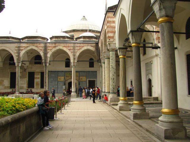 Внутренний-двор-дворца-Топкапы