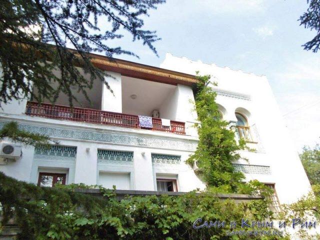 Ажурные балкончики отдыхающих в санатории