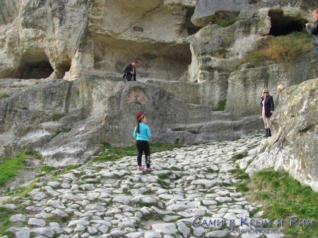 Каменная дорога к воротам в крепость