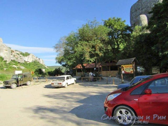 Парковка у подножия пещерного города