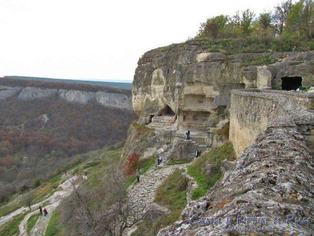 Пещерный-город-Чуфут-Кале-возле-ворот