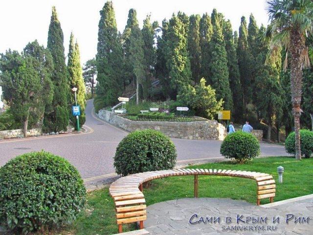 Площадь и дорога в парк перед дворцом