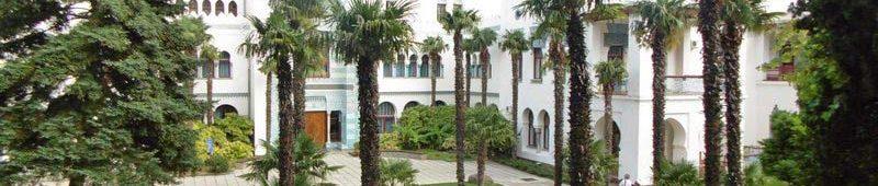 Шикарный вид на дворце с пальмами по сторонам