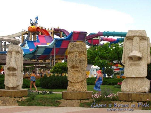 Статуи в аквапарке