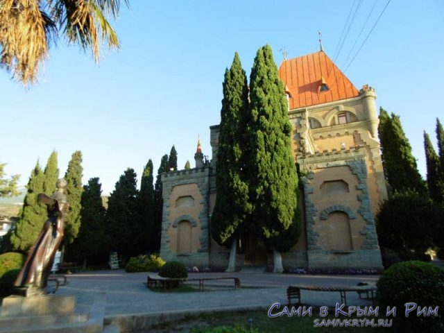 Вид на дворец и площадь с памятником
