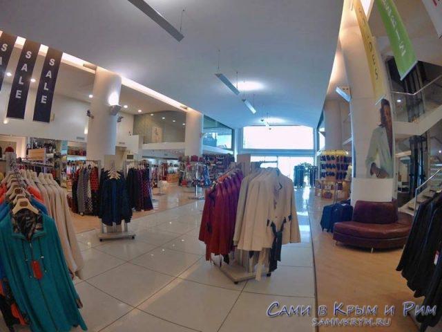 Выбор в магазине одежды