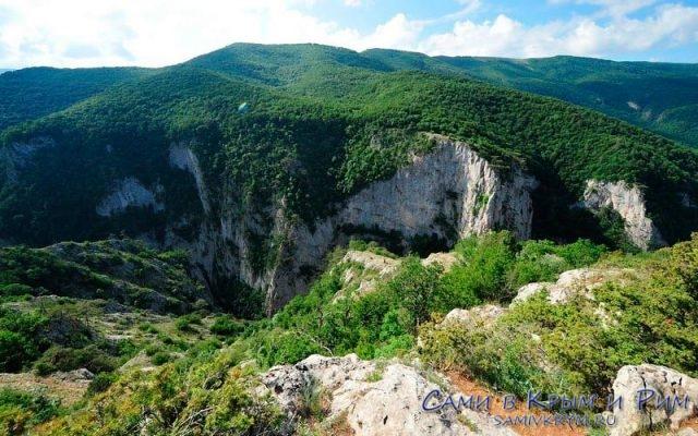 Живописный вид на Большой каньон в Крыму