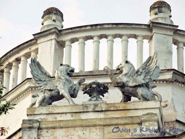 Эмблема двух львов перед дворцом