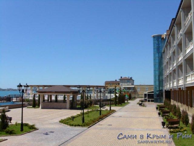 Парковая-зона-между-комплексом-и-морем