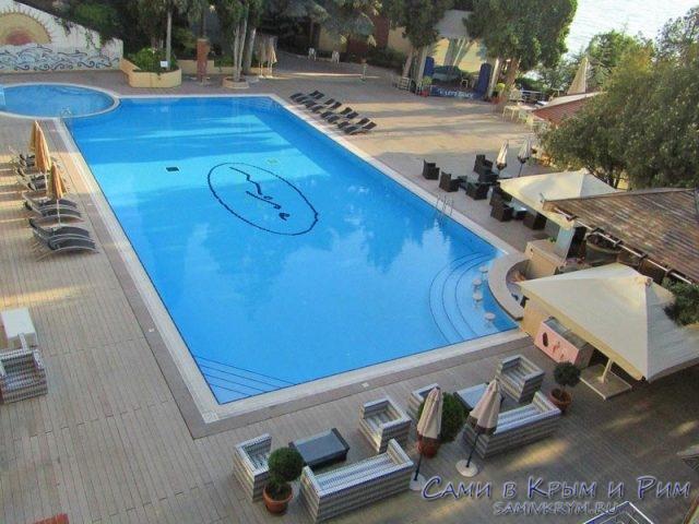 Зона-отдыха-у-бассейна