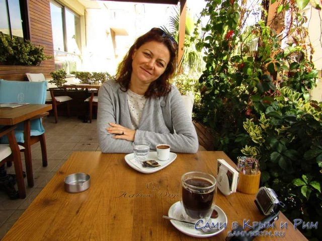 Шикарное кафе рядом с остановкой и подъемниками
