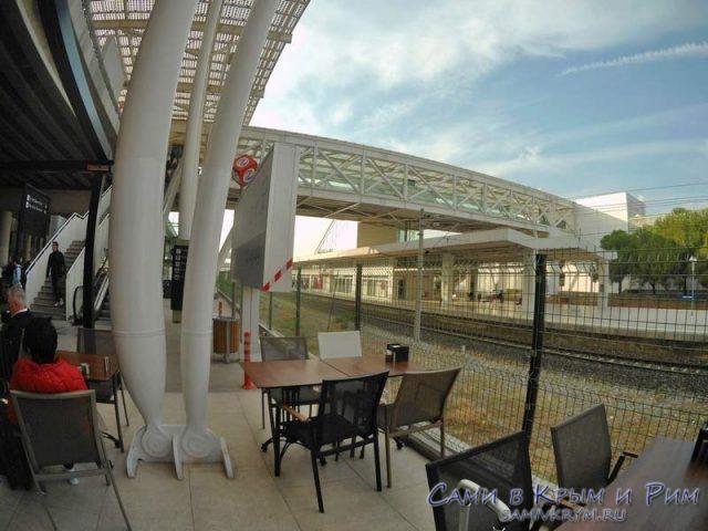 Вид из кафе Симпак на станцию метро