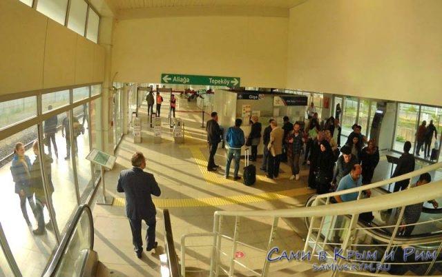 Выход на пером метро в аэропорту