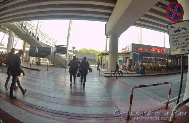 Выходим из здания аэропорта