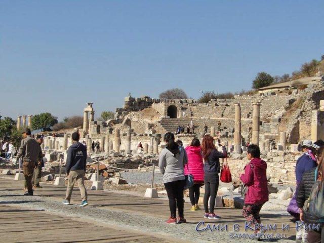 Любопытные туристы на античной улице