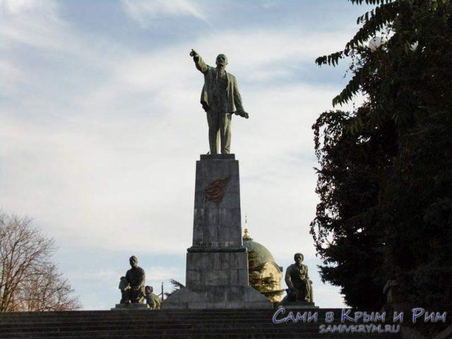 Памятник Ленину и Владимирский собор