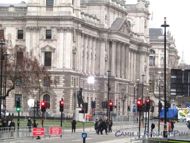 Памятник Уинстону Черчелю на против здания парламента