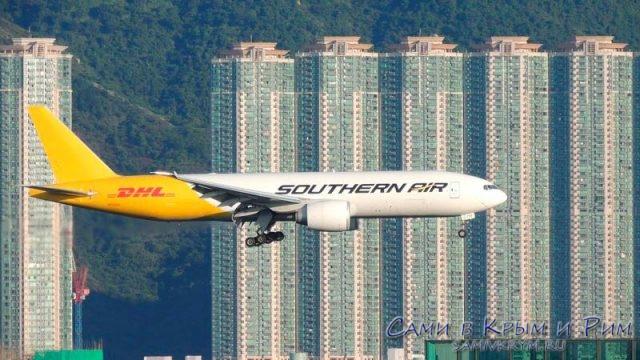 Самолет садиться над городом