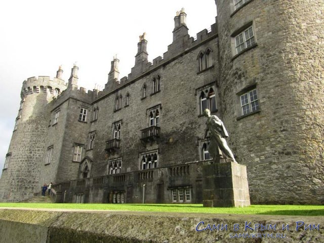 Скульптуры перед северным фасадом замка