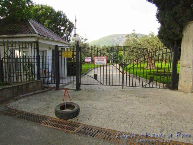 Ворота-для-жителей-Партенита