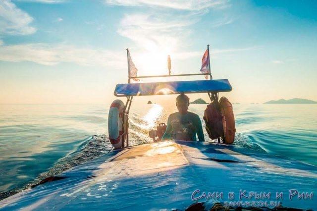 Рыбацкая лодка на закате
