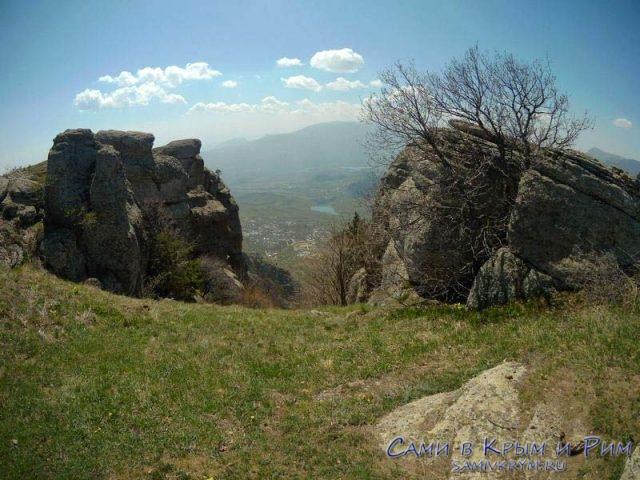 Скальные выступы наверху плато