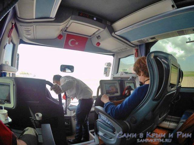 Комфорт пассажиров обеспечивает стюард